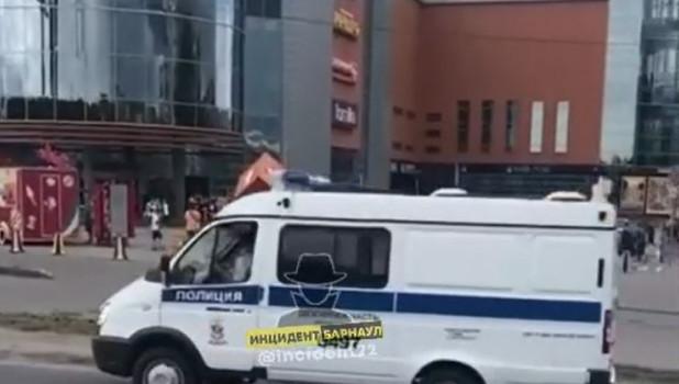 """Полиция около ТЦ """"Пионер""""."""