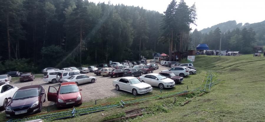 Парковка на территории горно-лыжного комплекса «Благодать».