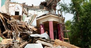 Развалины рухнувшего Дома под шпилем в Рубцовске.