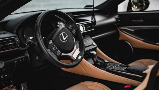За рулем Lexus.