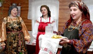 Хозяйки горницы встречают своих гостей чаркою.