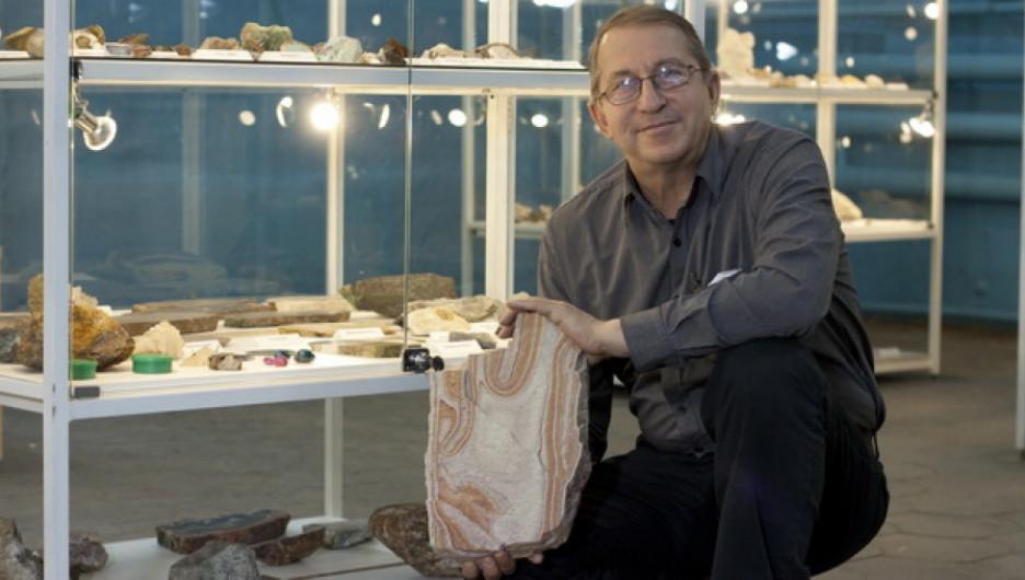 Сергей Бергер использует свой гараж не по прямому назначению - там у него хранятся камни, собранные по всей стране.