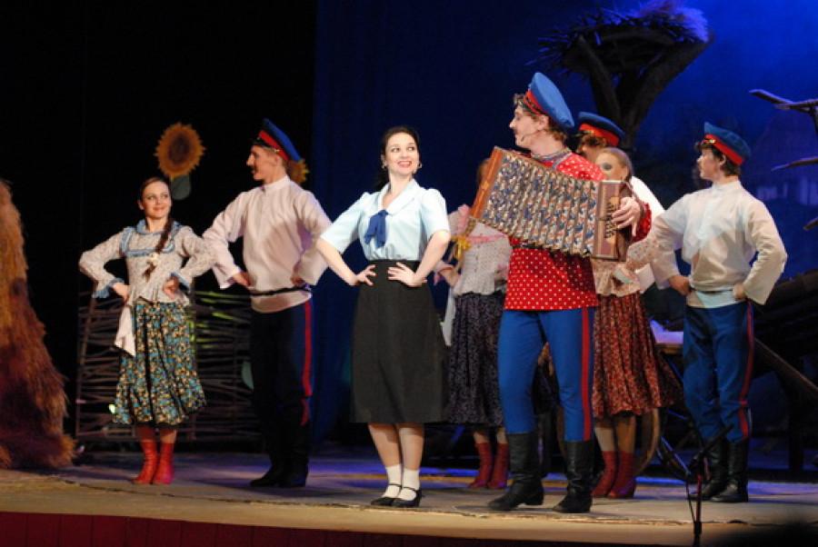 """В барнаульском театре музыкальной комедии поставили """"Бабий бунт""""."""