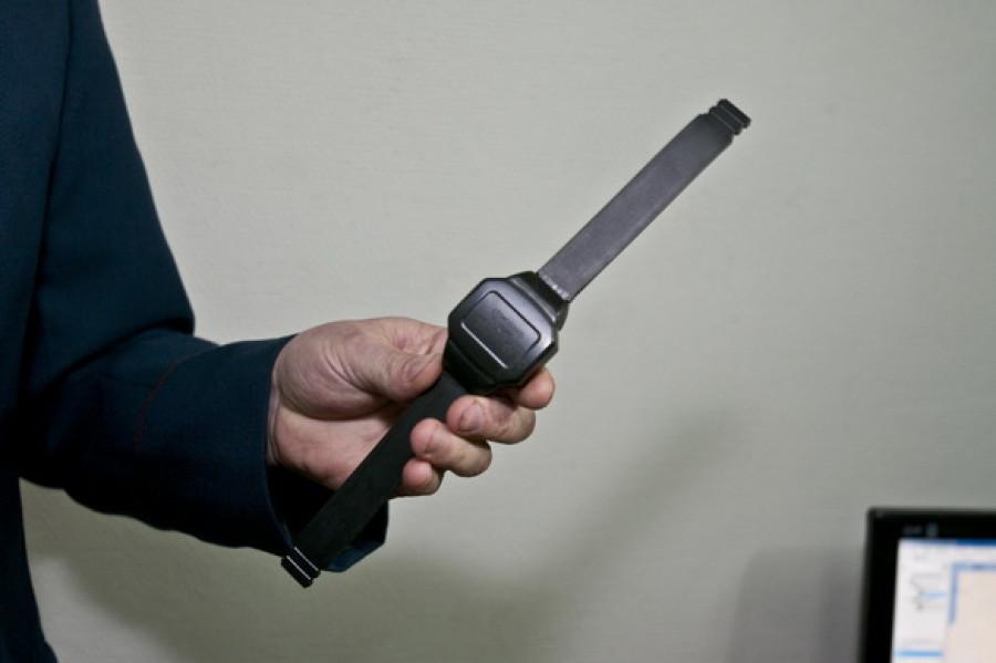 В Барнауле презентовали электронные браслеты для осужденных.